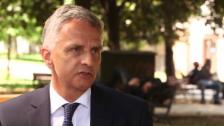 Video «Weshalb Bundesrat Burkhalter an der Unterstützung festhalten will» abspielen