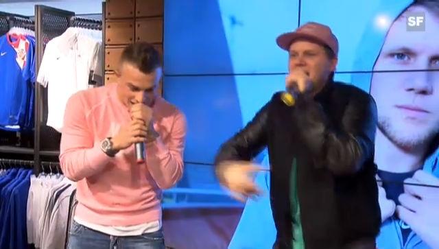 Xherdan Shaqiri als Beatboxer auf der Bühne