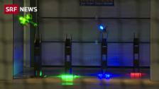 Link öffnet eine Lightbox. Video Drohnen flitzen mit 90 km/h durch Messehalle abspielen