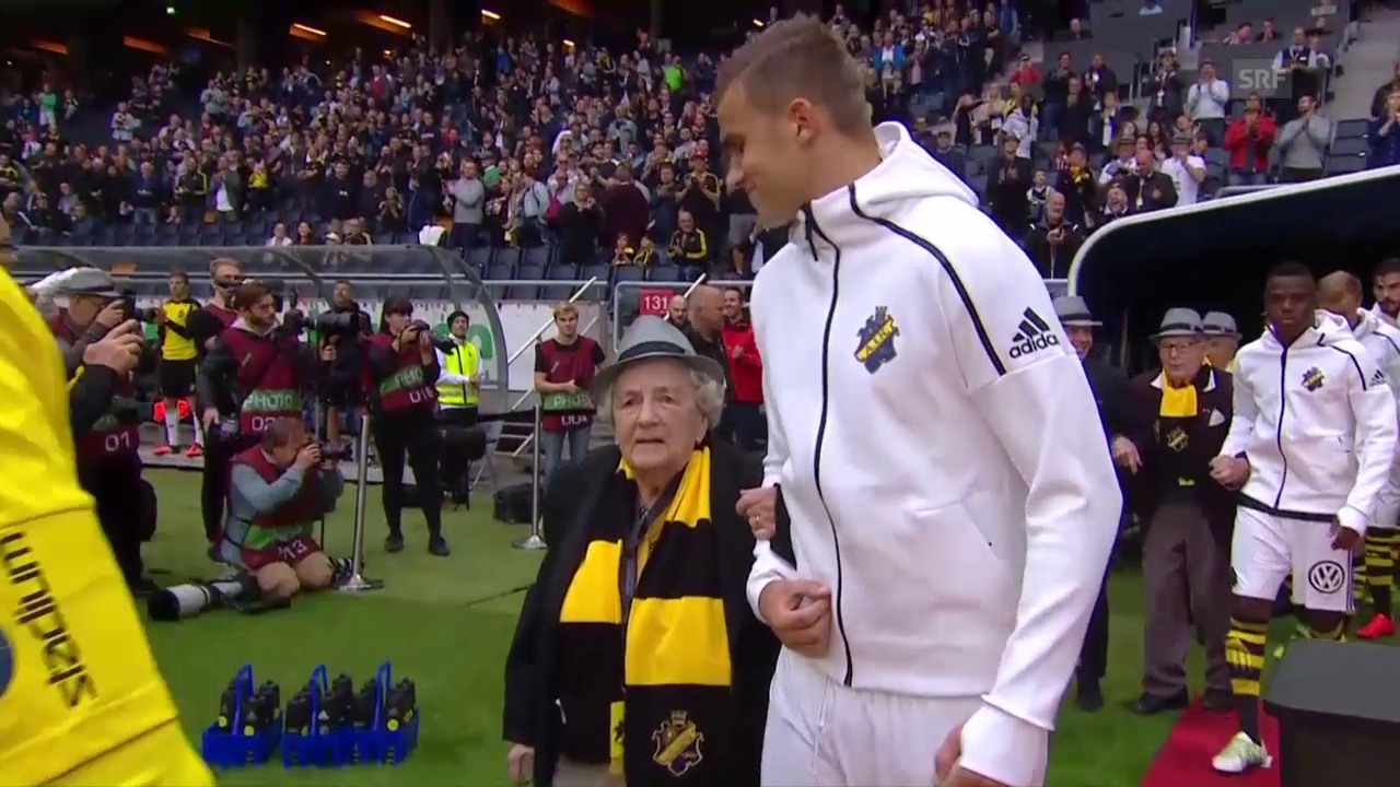 Die ältesten Fans begleiten die AIK-Spieler aufs Feld