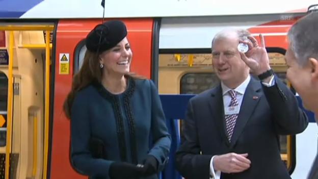 Video «Queen Elizabeth und Herzogin Kate in der Londoner U-Bahn» abspielen