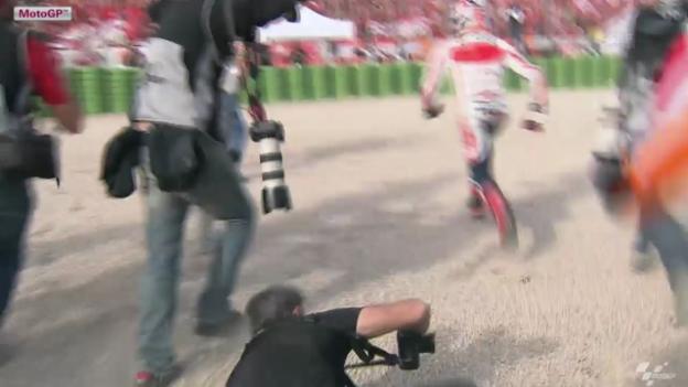 Video «Marquez stürmt zu seinen Fans» abspielen