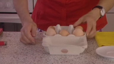 Video «Gekochte Eier drehen perfekt» abspielen