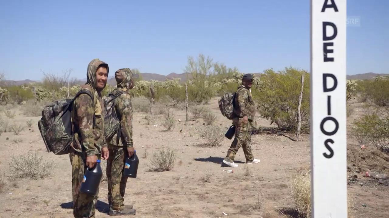 Keine Spuren hinterlassen – Migranten bereiten sich auf den Marsch durch die Wüste vor.