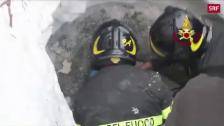 Video «Helfer retten Bub aus Lawine» abspielen