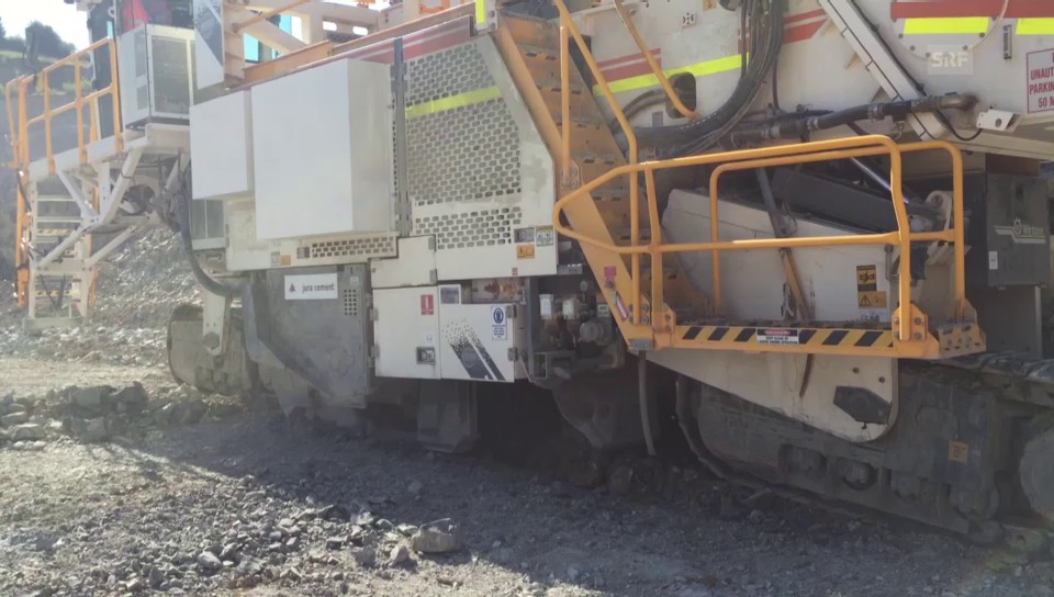 Die 140 Tonnen schwere Bodenfräse im Einsatz