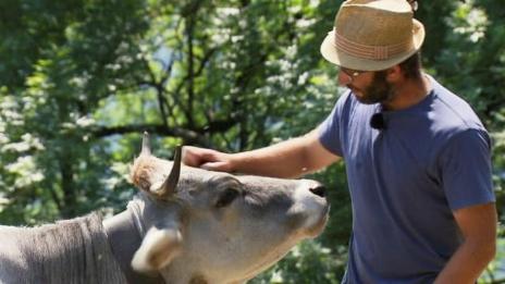Link öffnet eine Lightbox. Video Fortbestand seltener Tierarten dank Bauer Jérémy abspielen