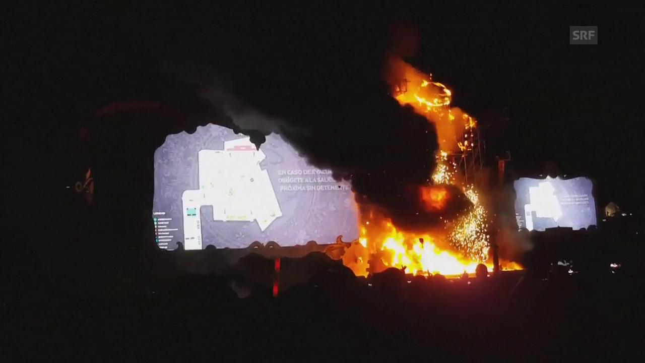 Auf der Hauptbühne des Festivals bricht Feuer aus