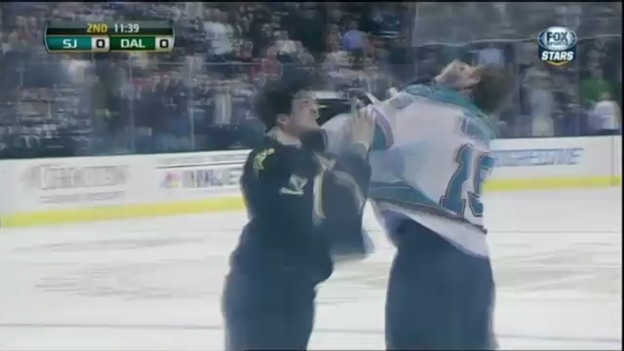 Video «Eishockey: Thornton setzt die Fäuste ein» abspielen