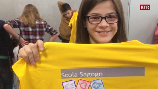 Laschar ir video «Ils uffants vegnan l'emprima giada en la scola nova da Sagogn»