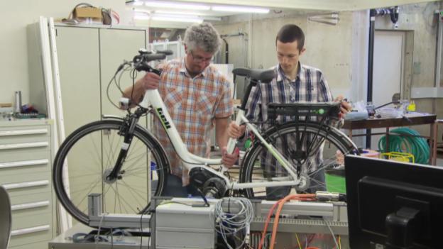 Video «E-Bikes im Test: Nicht alle bringen die Fahrer weit» abspielen