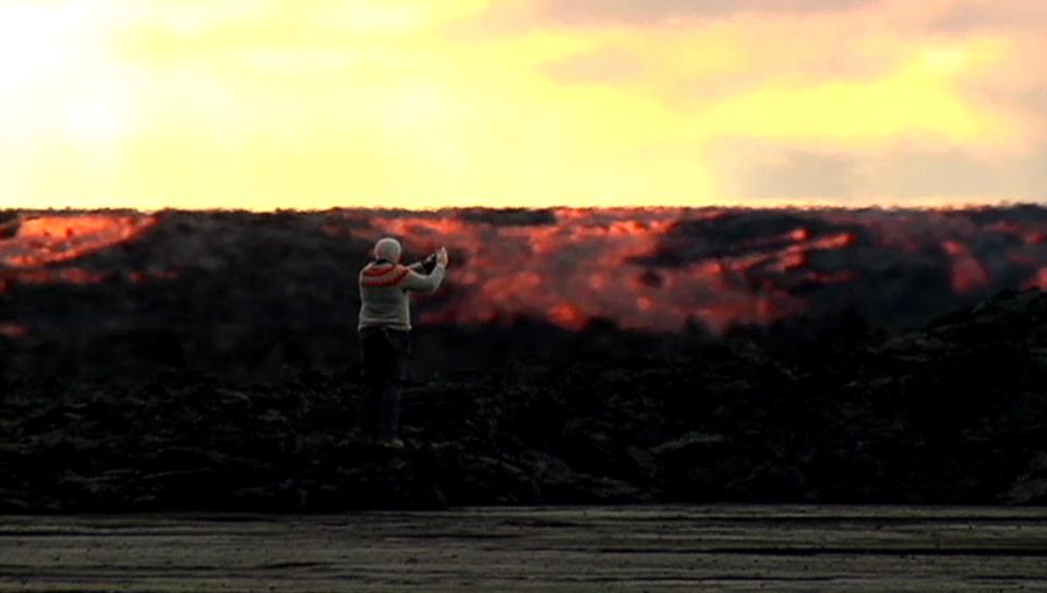 Massen von Lava wälzen sich über Island – und Mutige knipsen mit