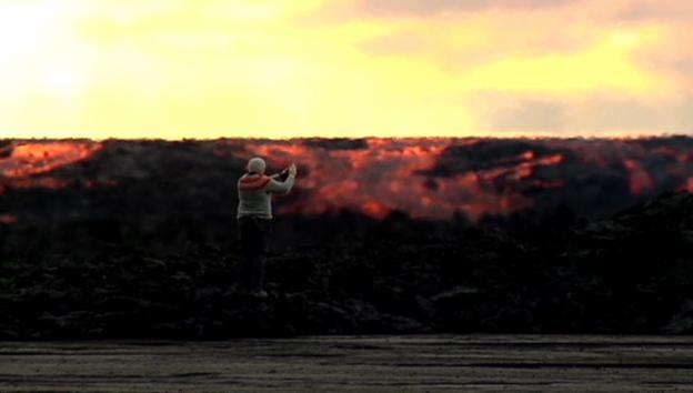 Video «Massen von Lava wälzen sich über Island – und Mutige knipsen mit» abspielen