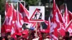 Video «Bauarbeiter demonstrieren in Zürich» abspielen