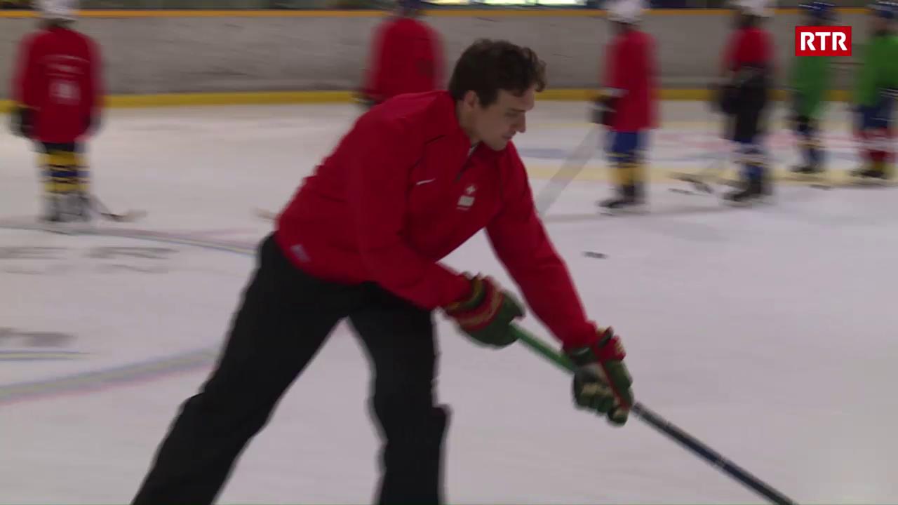 Nino Niederreiter en il champ da hockey a Scuol