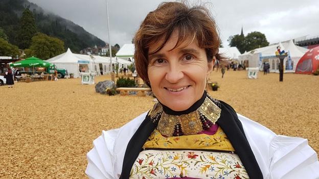 Rita Odermatt trägt die Nidwaldner Sonntagstracht