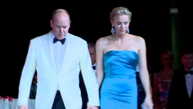 Video «Fürst Albert und Charlène am Rot-Kreuz-Ball 2013» abspielen