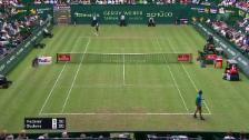 Link öffnet eine Lightbox. Video Die Slices von Federer stellen Bedene vor Probleme abspielen