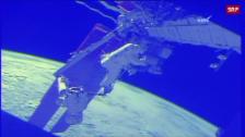Link öffnet eine Lightbox. Video Ausseneinsatz im Weltall abspielen