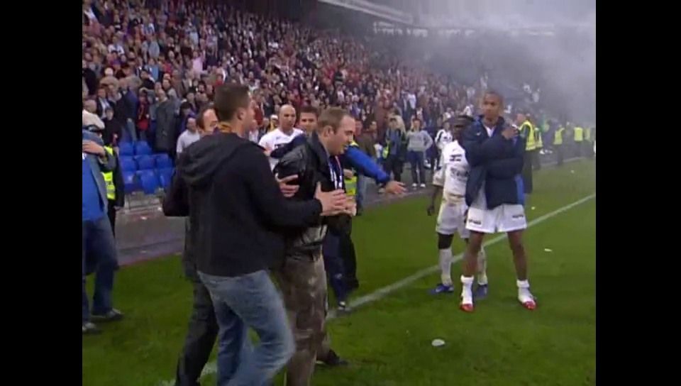 FCB-Fans stürmen 2006 das Spielfeld (Archiv)
