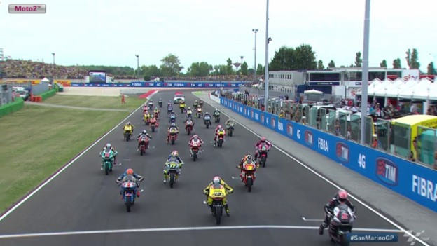 Video «Motorrad: GP San Marino, Moto2 - Start» abspielen