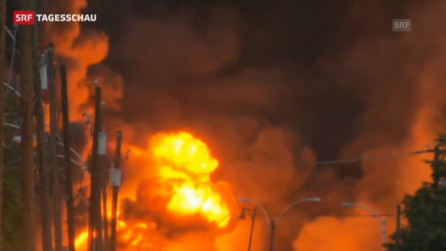 Ein Güterzug steht nach einer Explosion in Flammen