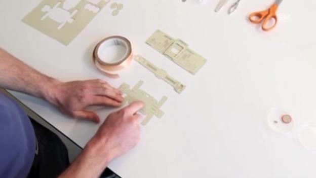 Video «Origami-Mikroskop: Bastel-Anleitung im Film (PLOS ONE)» abspielen