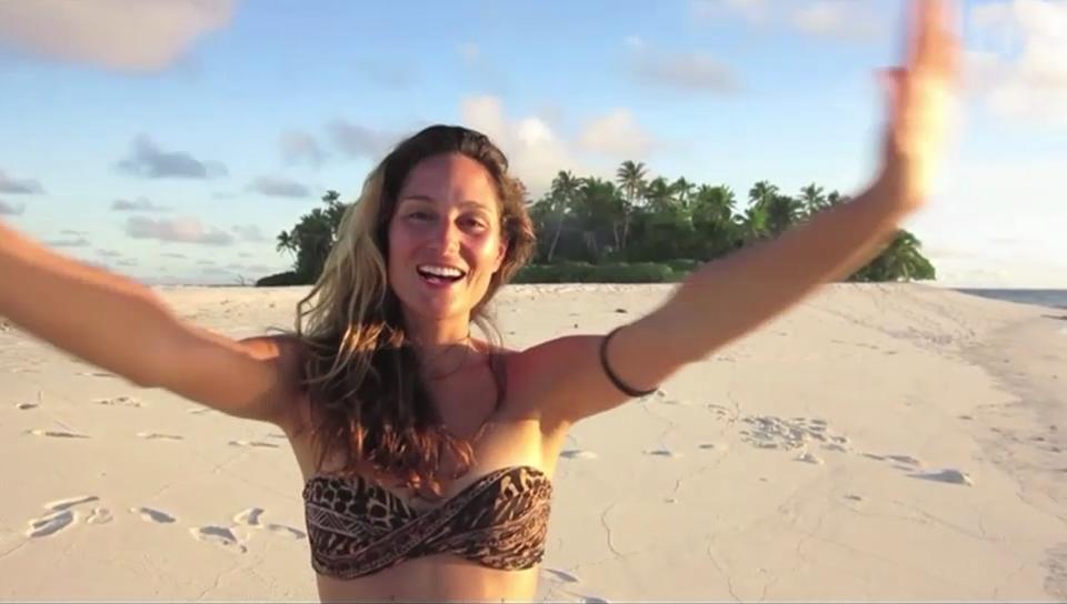 Mahara McKay schüttelt Kokosnüsse in der Südsee