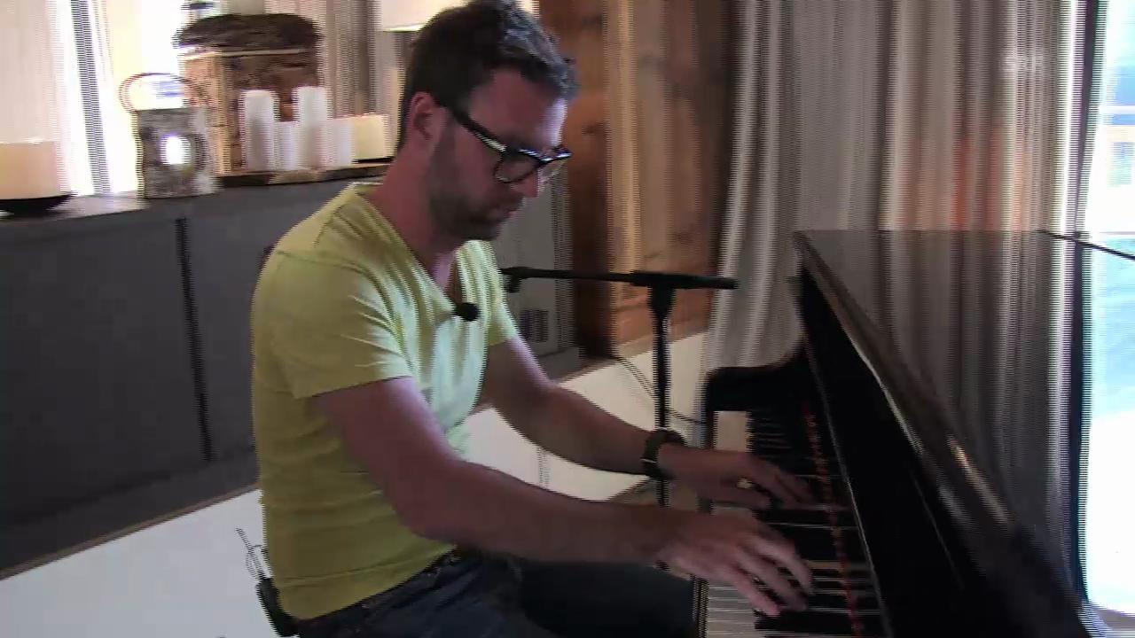 Nik übt am Klavier