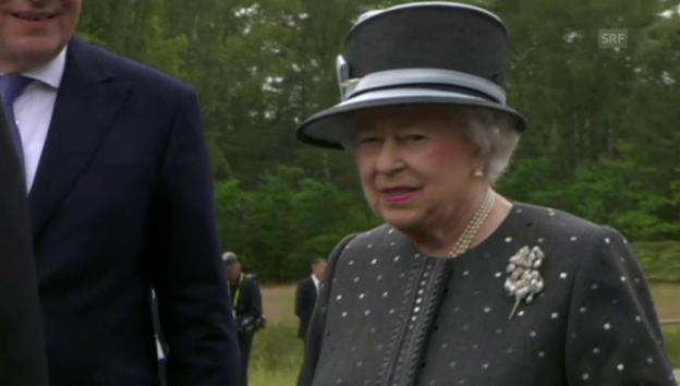 Video «Ein bewegender Moment: Die Queen zu Besuch im ehemaligen KZ» abspielen