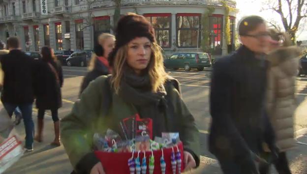 Video «Anna Rossinelli als Kondom-Verkäuferin» abspielen