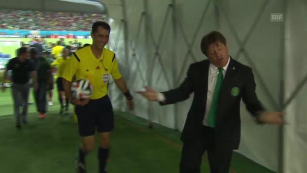 Video «Fussball: Miguel Herrera diskutiert mit dem Schiedsrichter» abspielen