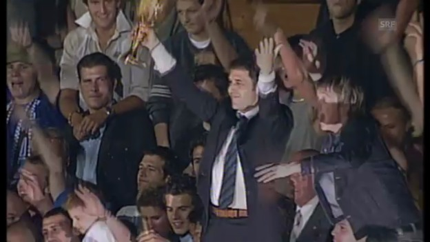 Video «2003: Pokalübergabe nach letztem GC-Meistertitel» abspielen