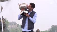 Video «Djokovic posiert mit der Trophäe (SNTV)» abspielen