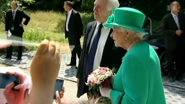 Video «Die Queen über das Warten auf das Baby» abspielen