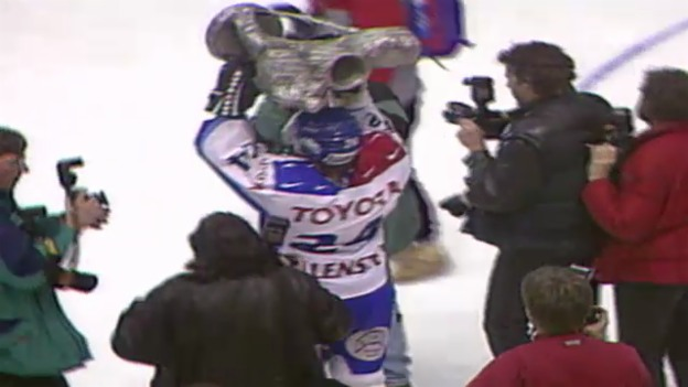 Video «Eishockey: Felix Hollenstein wird 1996 mit Kloten zum 4. Mal in Serie Meister» abspielen