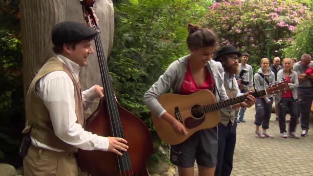 Video «Fussball: Cinzia Zehnder spielt Gitarre» abspielen