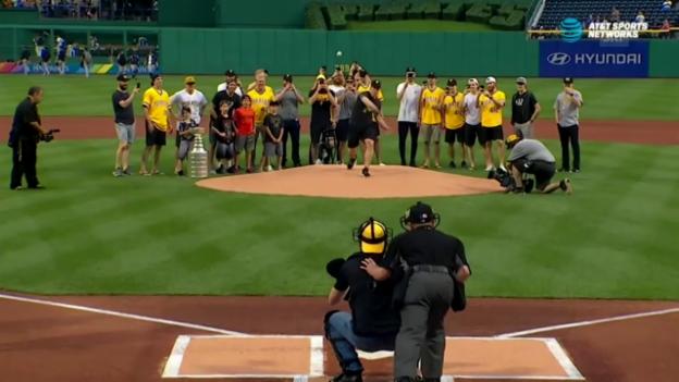 Video «Sidney Crosby beim «first pitch»» abspielen
