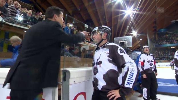 Video «Eishockey: Guy Bouchers Ausraster nach der Halbfinal-Niederlage 2014» abspielen