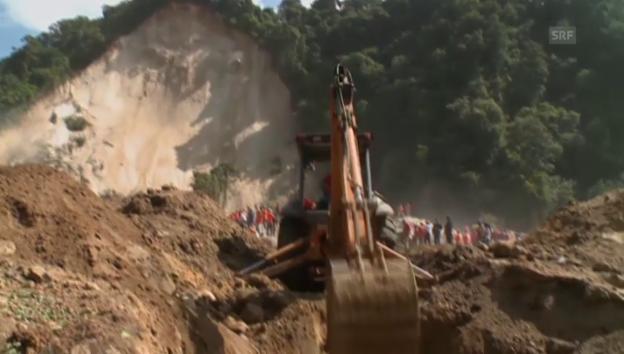Video «Bergungsarbeiten nach Erdrutsch (unkomm.)» abspielen