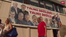 Link öffnet eine Lightbox. Video Cumhuriyet-Journalisten stehen vor Gericht abspielen