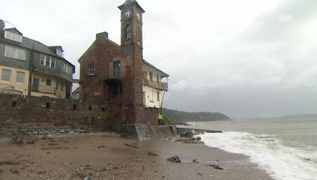 Video «Zerstörte Gebäude an der Küste von Kingsand, Cornwall.» abspielen