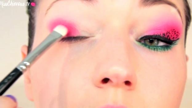 Video «Julia Graf schminkt sich Wassermelonen-Augen (Ausschnitt)» abspielen