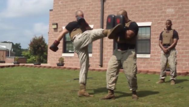 Video «Rekruten geben ihre Nahkampftechniken zum Besten» abspielen