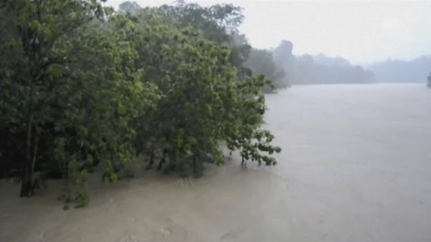 Video «Monsunregen: Schlammlawinen begraben Menschen (unkomm.)» abspielen