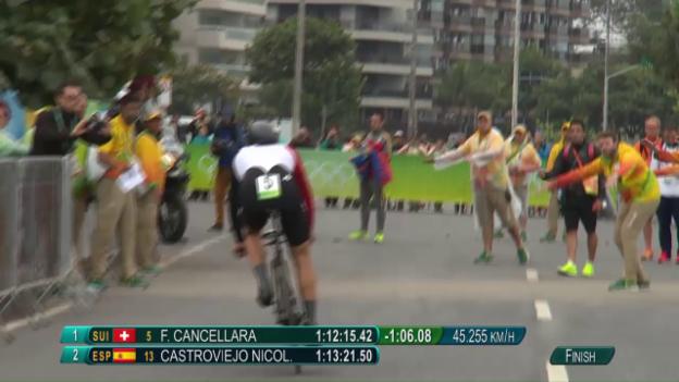 Video «Cancellara überquert die Ziellinie mit riesigem Polster» abspielen
