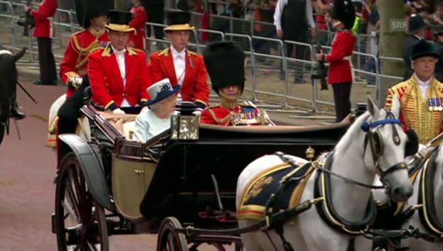 Video «Parade zu Ehren der Queen (unkommentiert)» abspielen