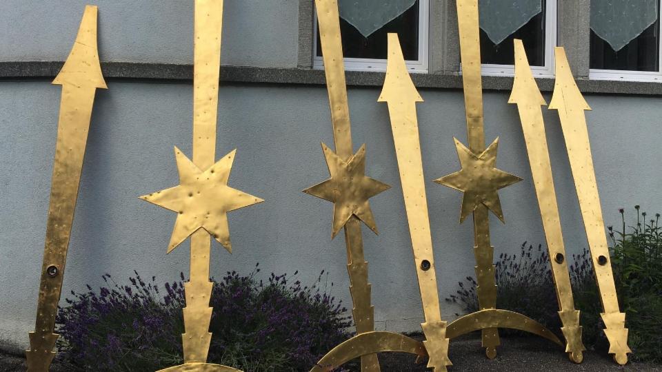 Löcher in den Kirchturmfenstern und Dellen an den Uhrzeigern