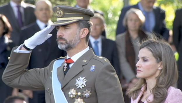 Video «Prinz Felipe an Militärparade» abspielen