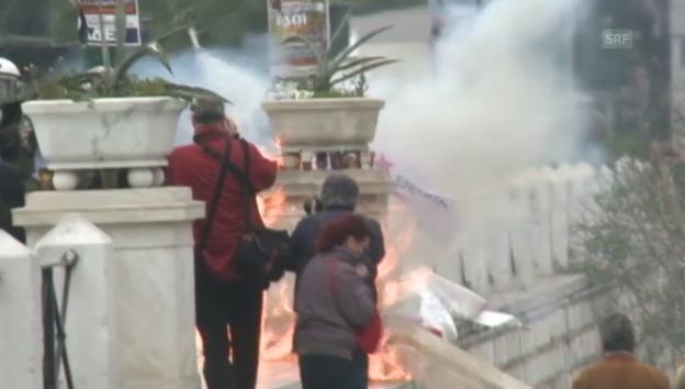 Video «Auf dem Syntagma-Platz fliegen Brandsätze (unkomm.)» abspielen